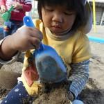 砂遊び夢中